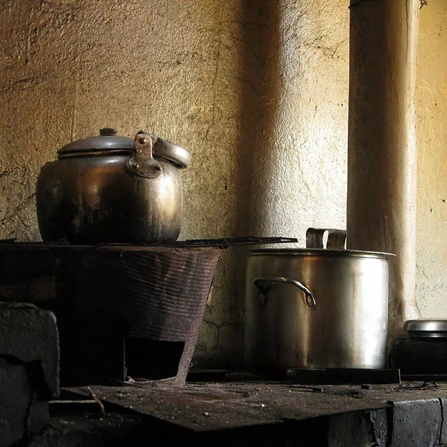 Tea is the best when it's slow made -tempi africani per il té ❤ #nofilter #mytinyatlas #memorie #burundi #afrique #africa #afternoontea #tea #kitchen #simple #kiss #villagelife #africanlife #latergram #cisv #cisvngo #life